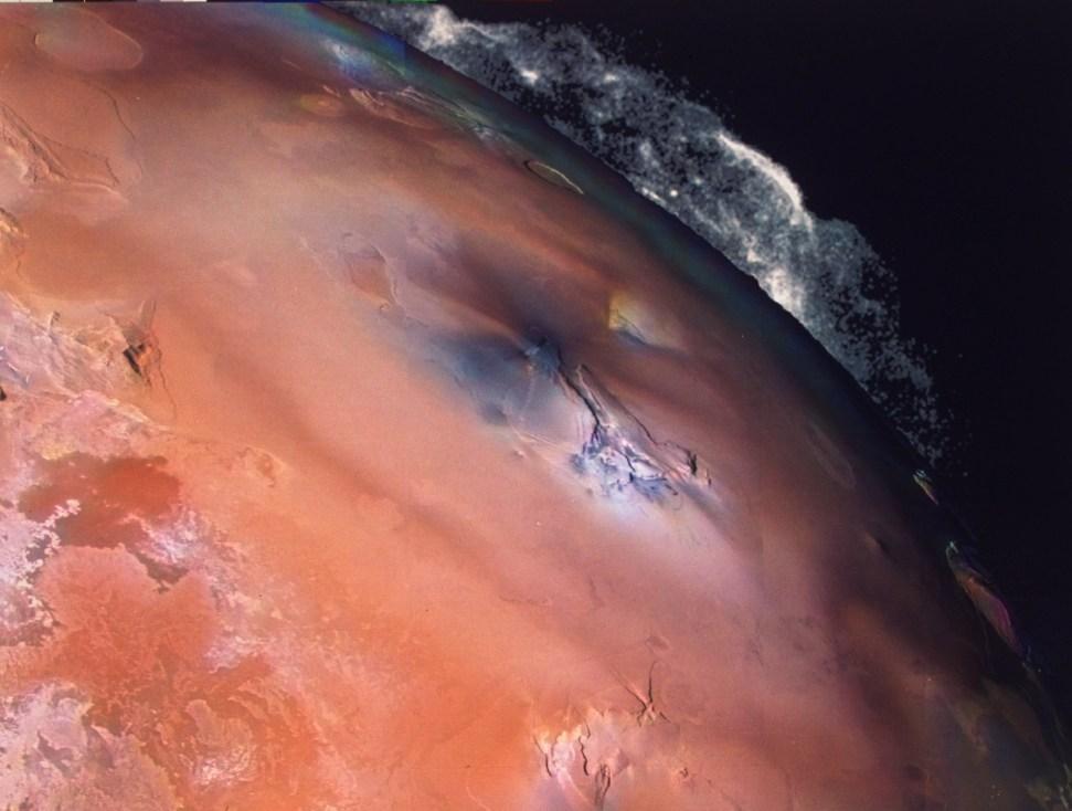 Извержение вулкана Пепе на спутнике Юпитера Ио, снятое Вояджером-2