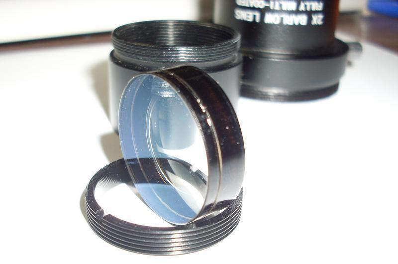 Линза склеена из двух стеклянных линз.