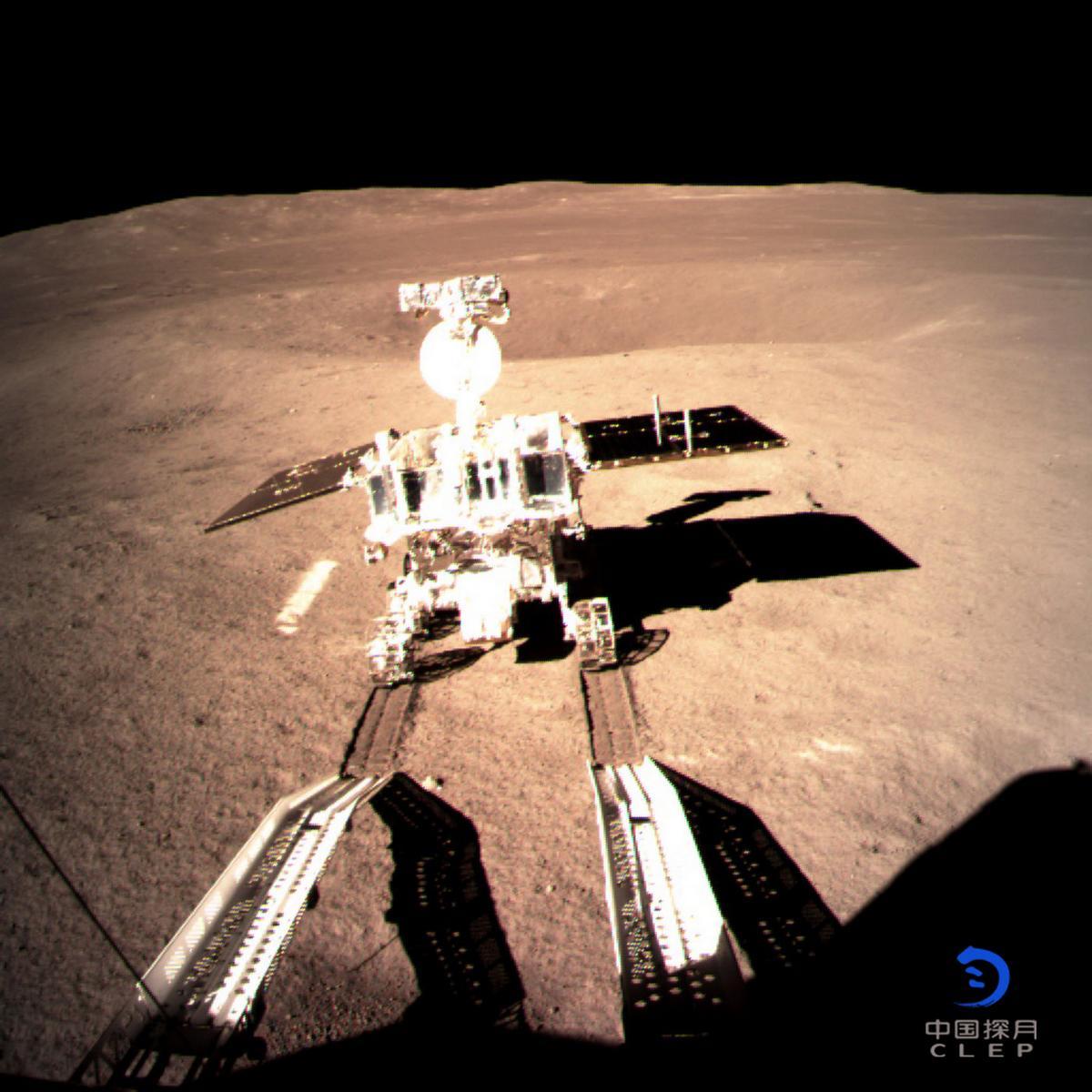 Китайский луноход Yutu-2 спустился на лунную поверхность.