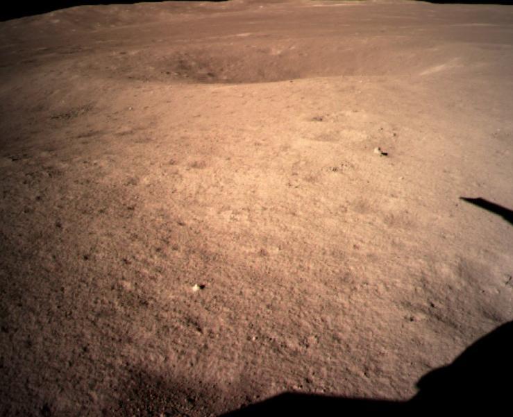 """Поверхность Луны в месте посадки """"Чанъэ-4"""". Луноход еще не спускался."""