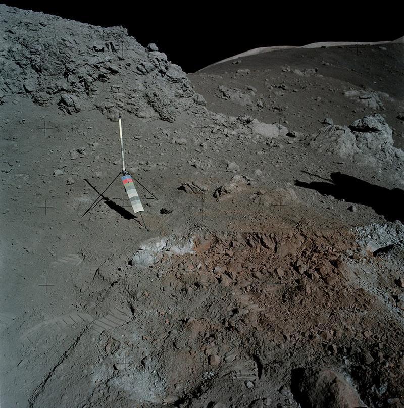 Фото лунной поверхности в реальном цвете.