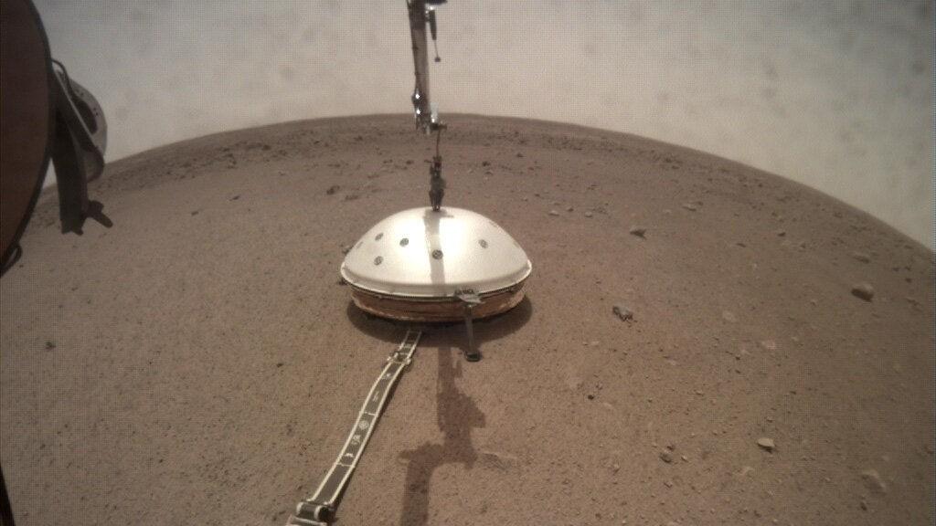 Зонд InSight накрыл сейсмограф колпаком