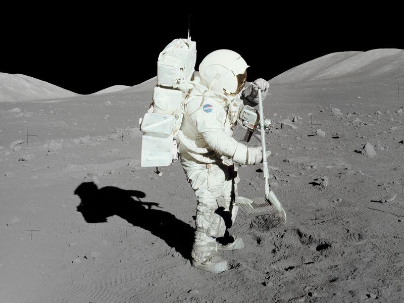 Забор образцов лунного грунта.