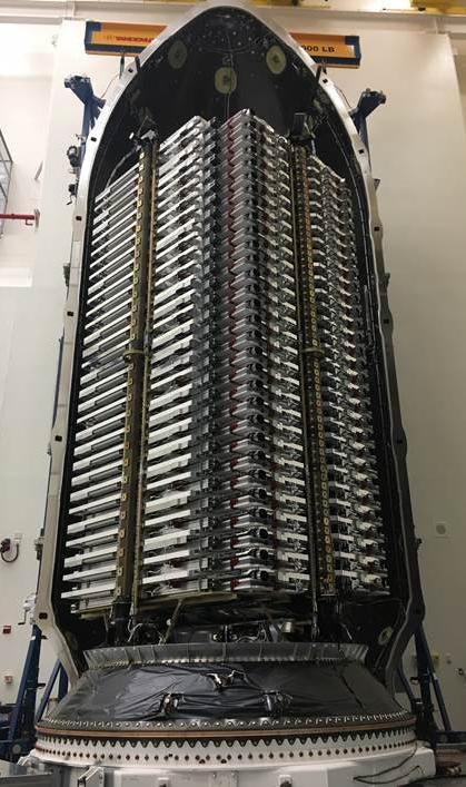 60 спутников сети Starlink, упакованные в обтекатель ракеты-носителя Falcon-9.