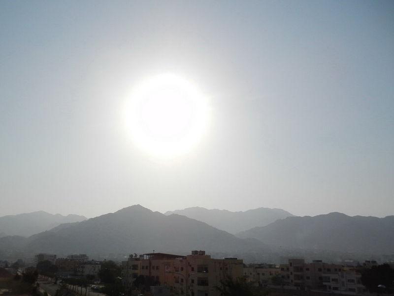 Белое солнце в пустынной местности
