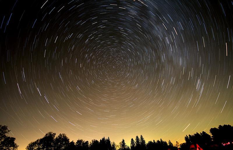 Треки звёзд на небе.