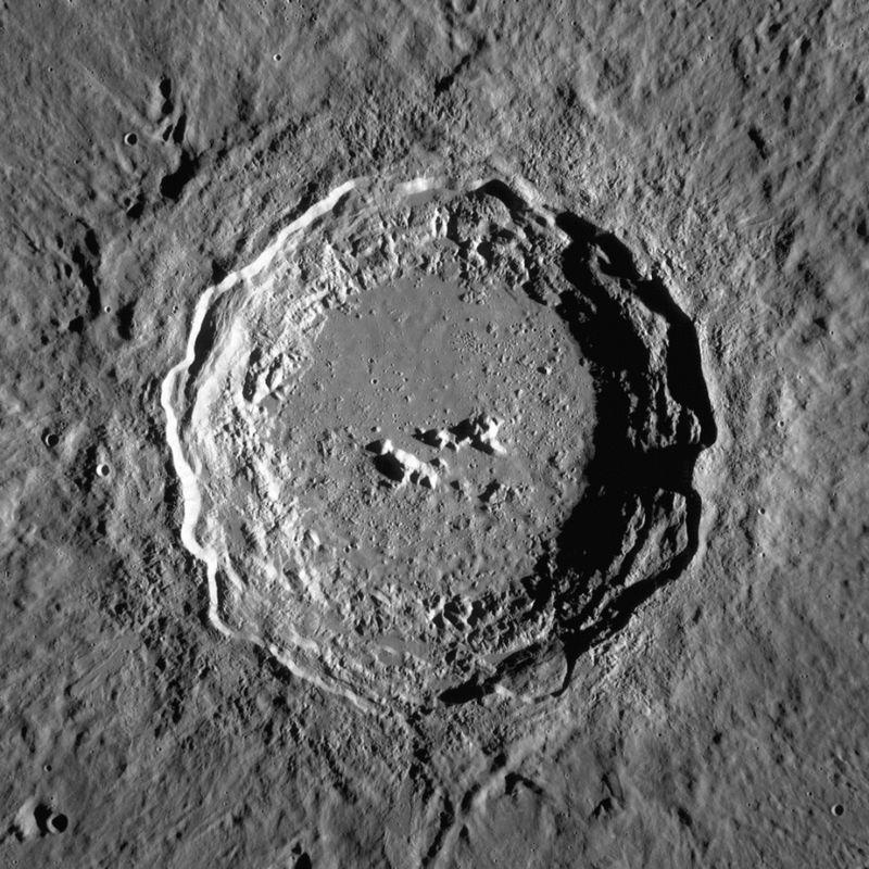 Кратер Коперник в Океане Бурь.