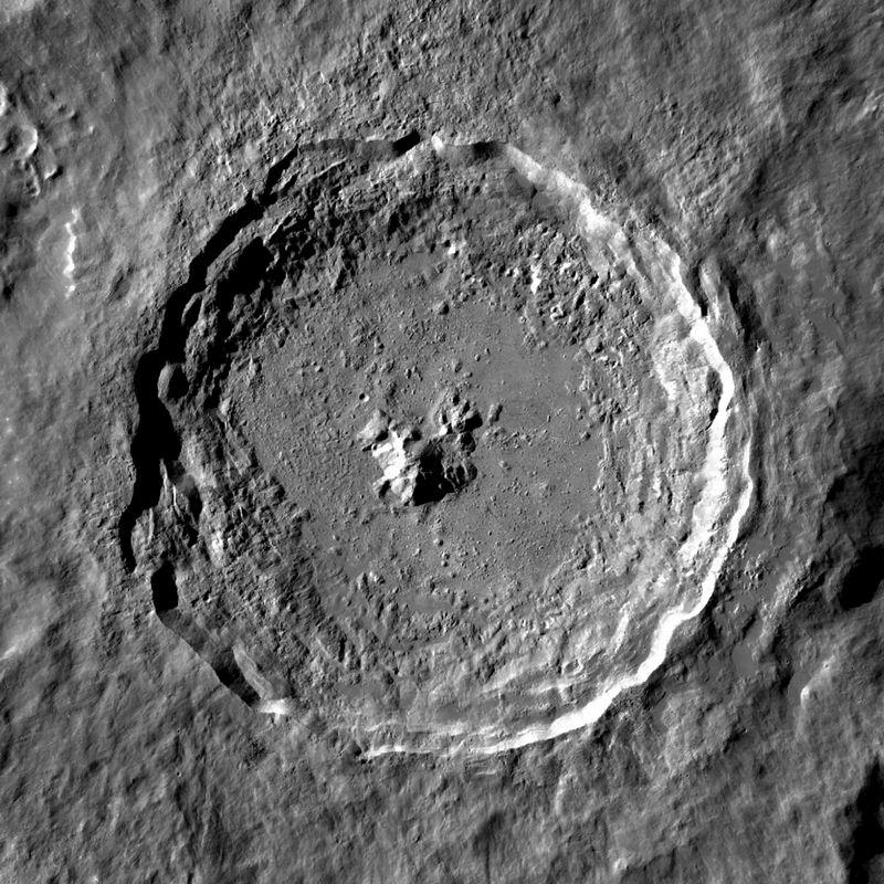 Лунный кратер Тихо