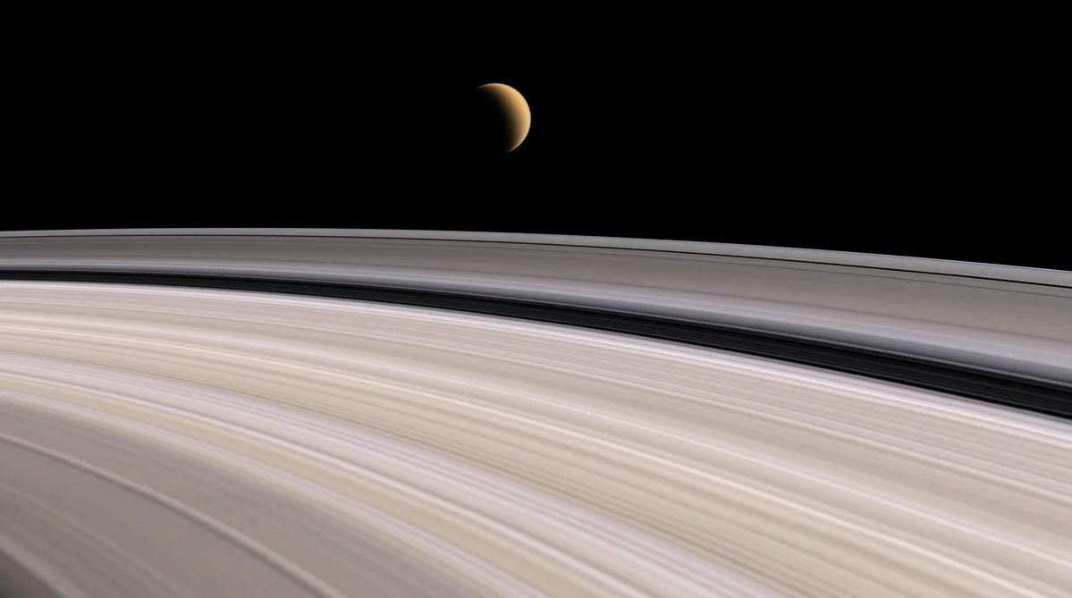 "Кольца Сатурна и спутник Титан. Фото зонда ""Кассини""."