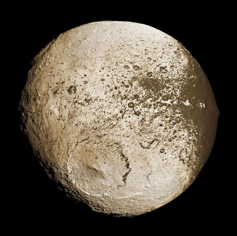 Спутник Сатурна Япет.